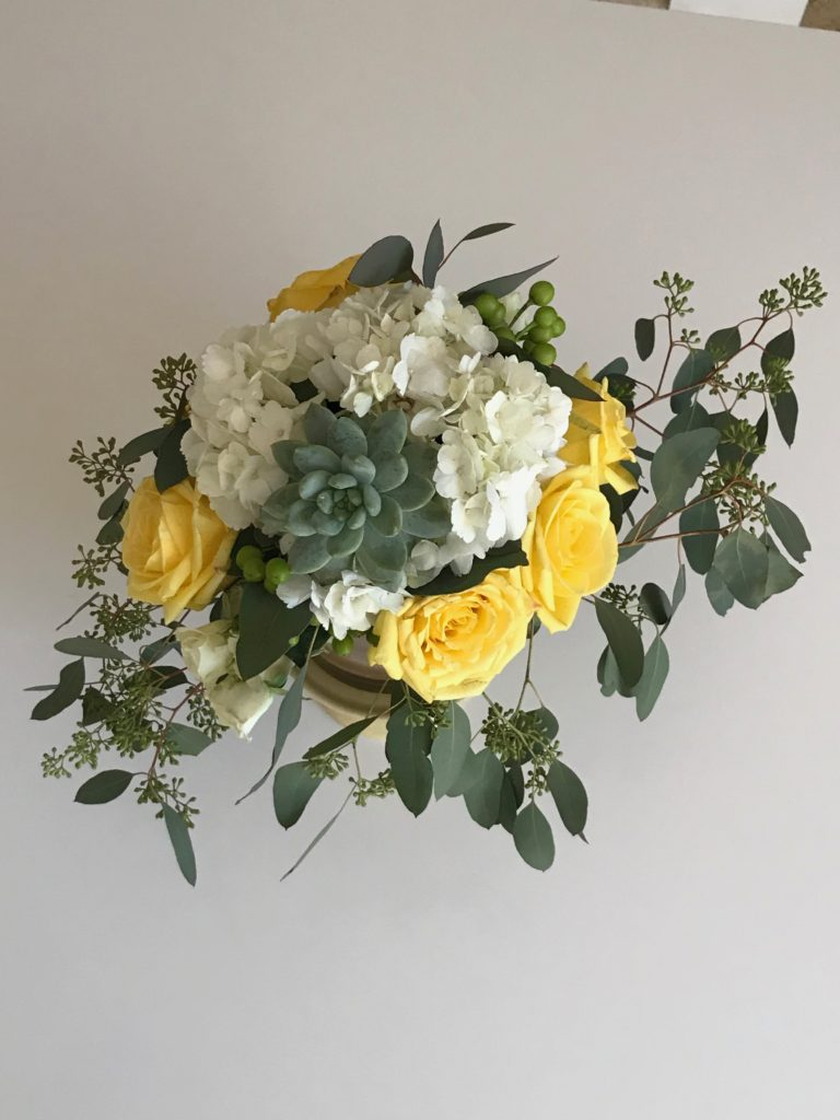 DIY flower arrangements. Visit www.savvysnowbirds for step by step instruction on how to make this beautiful flower arrangement. Perfect for you next tablescape.